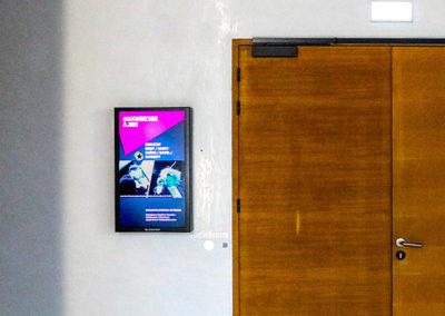 Afficheur Slim 32'' COTEP - gamme indoor (Maison de la Radio, Paris)